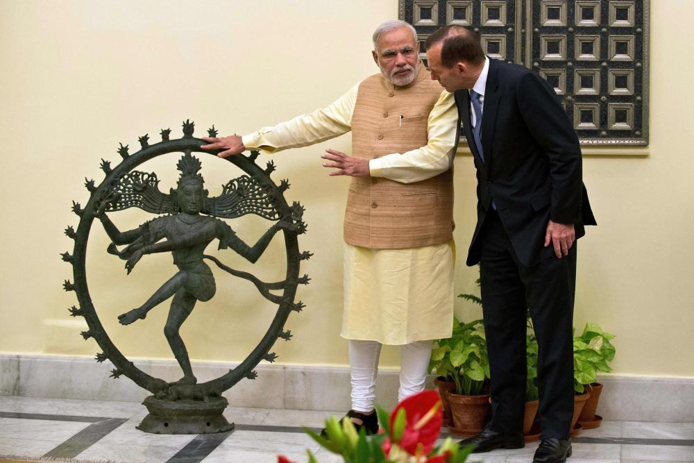 foto: apa/afp/prakash singh Premierminister Narendra Modi erklärt seinem australischen Amtskollegen Tony Abbott, was es mit dem tanzenden Gott Shiva auf sich hat.