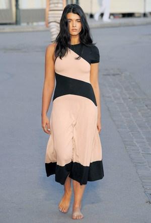"""Artikelbild: Vor einem Jahr ätzte Karl Lagerfeld noch über """"dicke Muttis mit Chipstüten"""", die sich über zu dünne Models aufregen. Anlässlich der Vorstellung der jüngsten Resortkollektion von Chanel lief jetzt eines der bekanntesten Plus-Size-Models, die Amerikanerin Crystal Renn, für den Modeschöpfer. - Foto: Chanel"""
