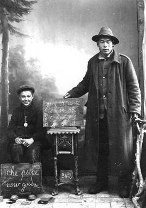 Die chinesischen Studenten, die für Offiziere übersetzten, waren auch Bildungshelfer. Die Gastarbeiter organisierten Alphabetisierungsprogramme. Für die Gründungsväter der kommunistischen Partei galten sie als Pioniere.