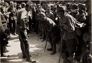 """Nach dem Tod von Kaiser Franz Joseph am 21. November 1916 rückte Kaiser Karl I. auf den Thron - und """"stürmt geradezu ins Scheinwerferlicht der Öffentlichkeit"""", schreibt Fotohistoriker Anton Holzer. Seine Truppenbesuche waren medial bis ins Detail durchkomponiert, jeder Schritt wurde von Kameras dokumentiert. Die Bilder sollten einen """"fürsorglichen und zugleich allmächtigen Feldherrn"""" zeigen - wie hier Karls Begegenung mit Verwundeten der Isonzoschlacht im Mai 1917."""