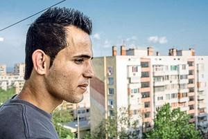 Ali ist ein kurdischer Student, den seine Englischkenntnisse zum Chef der Familie machten.
