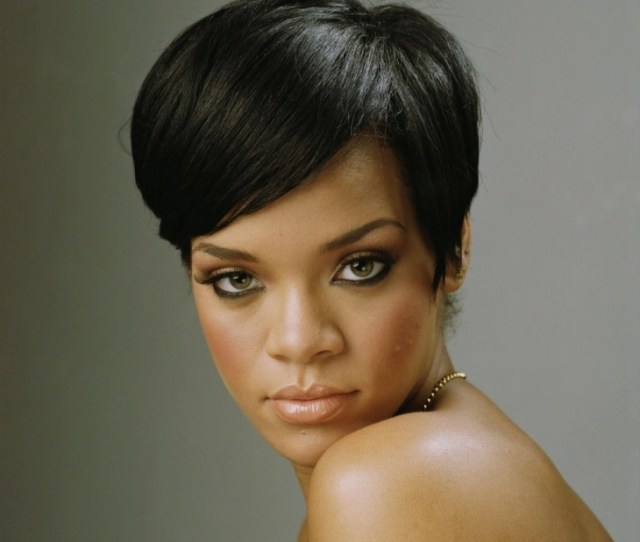 Rihanna Has Always Been The Poster Girl For Short And Bold Hairdos And This One Adds Another Feather To Her Glory Hat With Wide Side Bangs Hair