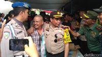 Sejumlah anggota Polri dan TNI tampak di lokasi.