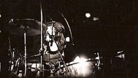 John Bonham meninggal karena ketergantungannya pada alkohol.