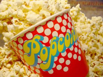 Efek Negatif Makan Popcorn Sambil Nonton