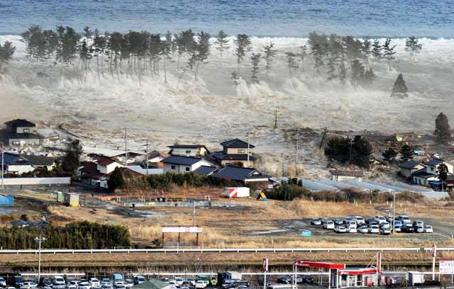 Gelombang tsunami yang menerjang Jepang ini tingginya mencapai 10 meter Gempa Tsunami Jepang 2011