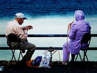 Pasangan suami istri menghisap Sisha di Beirut, Libanon (flickriver.com)
