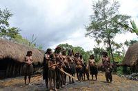 Para wanita Lembah Baliem bersiap-siap untuk menari sebelum pesta dimulai (dok. Satria Gunadharma/ACI)