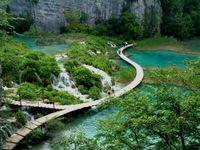 Melalui jembatan ini, wisatawan bisa menjelajah Plitvice Lakes (ambertravel.net)