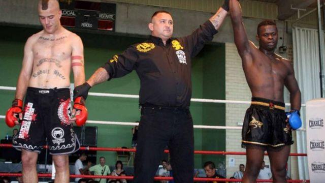 Ernesto Navas, con el tatuaje de Rudolph Hess, en un combate de MMA. Autor y fuente: Directa.cat
