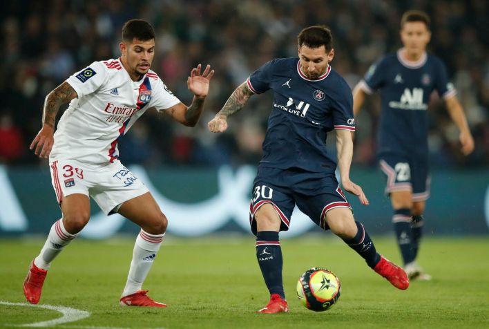 Messi durante el partido entre el PSG y el Olympique de Lyon. (EFE)