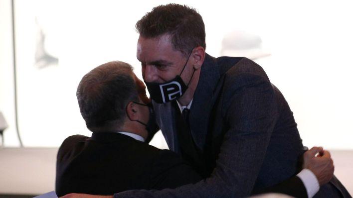 Pau Gasol se abraza con Laporta antes del comienzo del acto. (Reuters)
