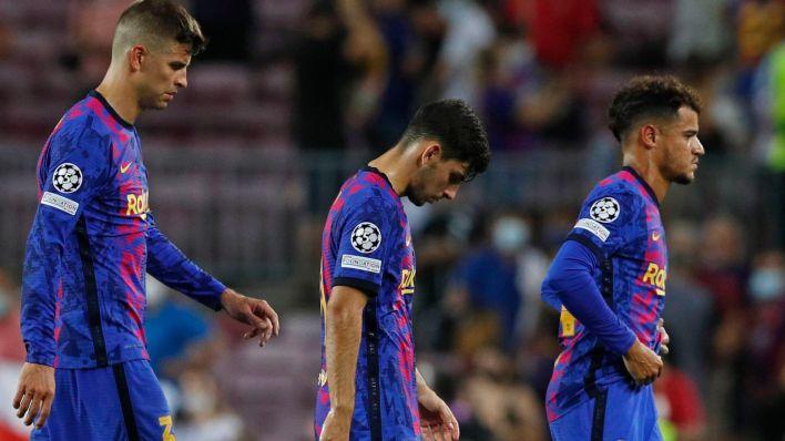 Los jugadores culés, abatidos tras la derrota frente al Bayern. (Efe)