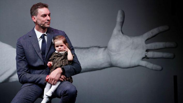 Pau Gasol, con su hija durante la rueda de prensa. (Reuters)