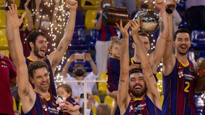 Pau Gasol celebra junto a su hija el triunfo de la pasada ACB. (Efe)