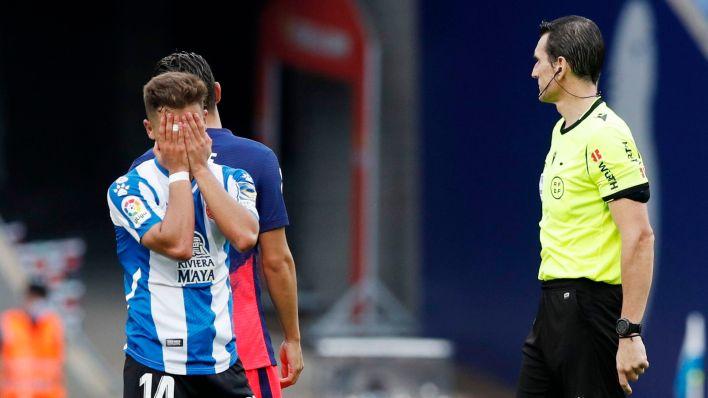 Óscar Melendo reacciona a una decisión arbitral. (Reuters)