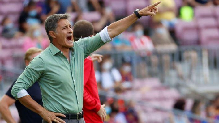 Míchel da instrucciones a sus futbolistas. (EFE)