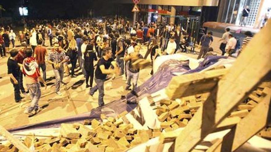 Manifestantes levantan una barricada en Estambul. (6 de junio, EFE)