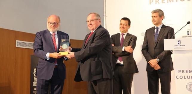 César Lumbreras recoge el premio de manos de José Luis Bonet