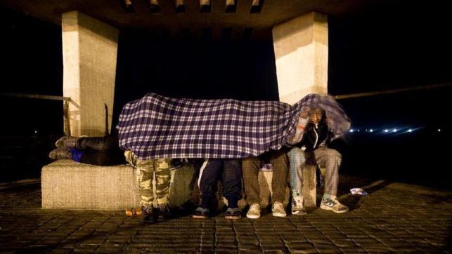 Lejos de los focos de la atención mediática, los niños de la calle de Melilla viven una realidad diaria llena de abusos e injusticias. Son niños y adolescentes, en su mayoría de origen marroquí, que migraron solos, y que, una vez en Melilla, huyen o son expulsados del sistema de protección de menores. Sobreviviendo en la calle esperan la oportunidad para colarse, desde el puerto, en alguno de los barcos que zarpan casi a diario hacia la Península //FOTO: Robert Bonet