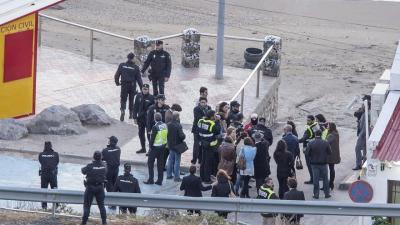 Agentes de policía en la reconstrucción del homicidio de Cala Cortina (Cartagena), en noviembre de 2014.