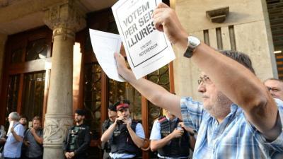 Concentración en la sede de la conselleria Economía por los registros de la Guardia Civil