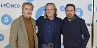 Coronado, en el centro, durante la presentación de la serie 'Vivir sin permiso', ideada por Manuel Rivas, a la izquierda