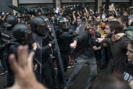 Descripción : People confronts Spanish riot police near a voting site at a school assigned to be a polling station by the Catalan government in Barcelona, Spain, Sunday, 1 Oct. 2017. Spanish riot police have forcefully removed a few hundred would-be voters from several polling stations in Barcelona.