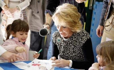 Esperanza Aguirre inaugurando un colegio cuando era presidenta de la Comunidad / Madrid.org