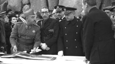 Franco (i) en una visita al Valle de los Caídos junto al arquitecto, Pedro Muguruza Otaño (d), en 1940 / EFE