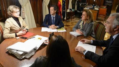 La ministra Isabel García Tejerina, en una reunión con Javier Goñi, presidente de Fertiberia el 13 de diciembre de 2017, mes y medio después del varapalo del Europarlamento a las pretensiones de España y Fertiberia.