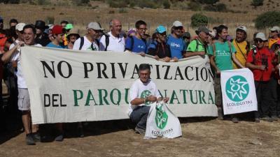 Juan Clavero, agachado, en la movilización de este domingo