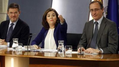 El ministro de Justicia, Rafael Catalá, junto a la vicepresidenta, Soraya Sáenz de Santamaría