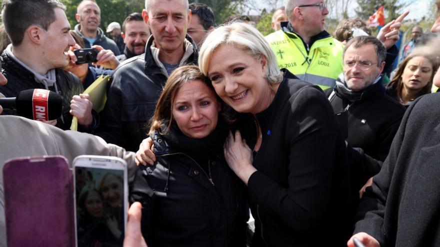 Le Pen se hace fotos en Amiens con los trabajadores de una fábrica en huelga.