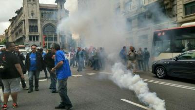 Trabajadores del sector hostelero han cortado la céntrica Via Laietana y han disparado tracas en solidaridad con sus negociadores