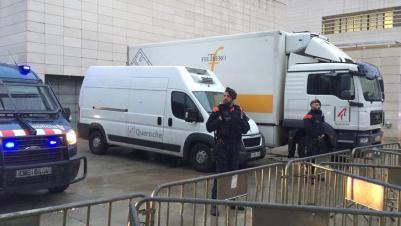 Vehículos preparados para trasladar los bienes de Sijena desde el Museo de Lleida.