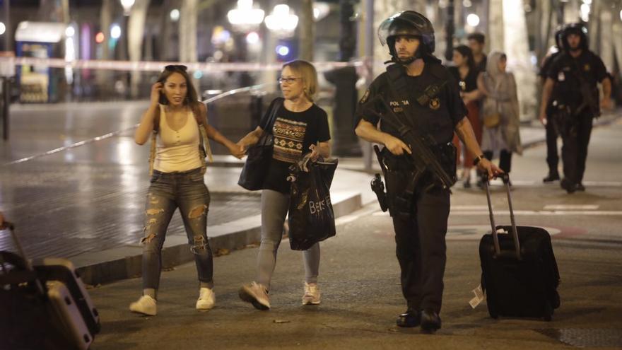 La policía desaloja a varias personas de las Ramblas tras el atentado en Barcelona