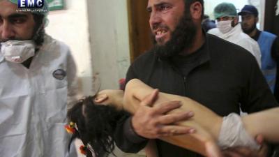 Un hombre lleva a una niña herida en el ataque con armas químicas en un hospital de Jan Shijún, Siria.