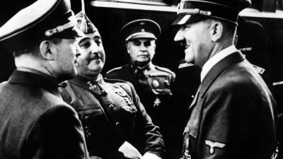 Hendaya (Francia), 23/10/1940.- Adolf Hitler y Francisco Franco se entrevistan en la estación de tren, en presencia del Embajador español en Alemania, general Eugenio Espinosa de los Monteros (centro) y de un interprete./ EFE