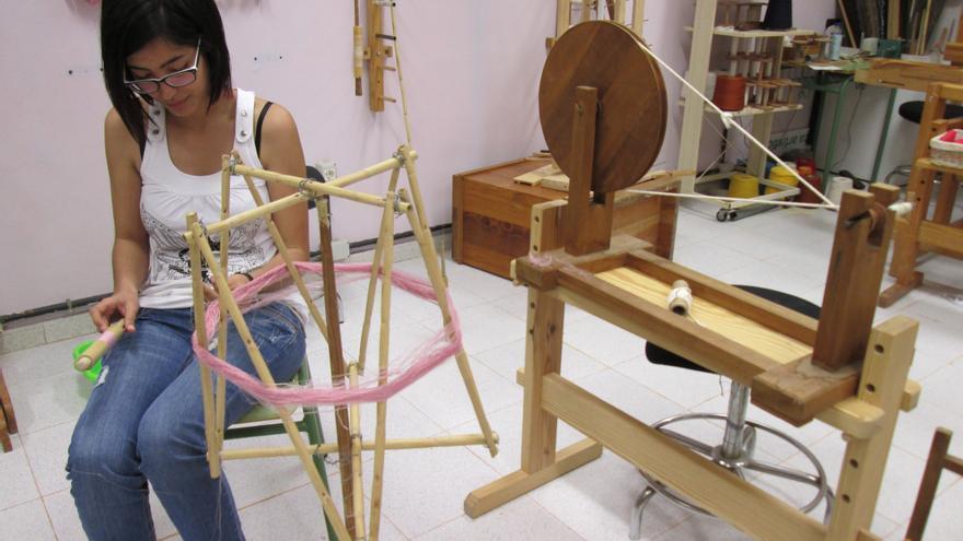 En la imagen, una alumna del taller aprende las milenarias técnicas de la seda.