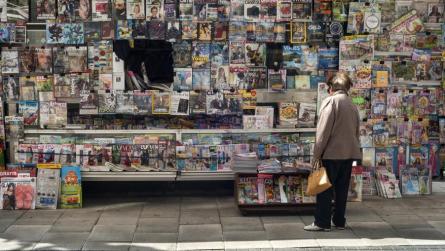 Una cliente compra el periódico en un quiosco de Santander. | JOAQUÍN GÓMEZ SASTRE