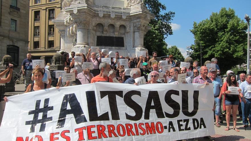"""Familias de los detenidos de Alsasua ven con """"agrado"""" la suspensión del caso hasta que se decida el tribunal competente"""