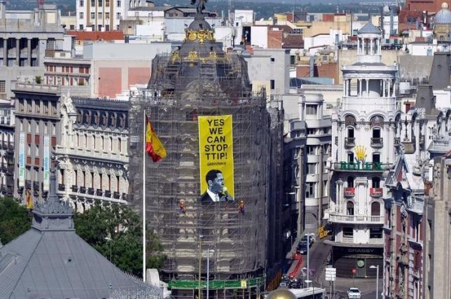 Greenpeace descuelga una pancarta en Madrid para pedir a Obama que pare el TTIP