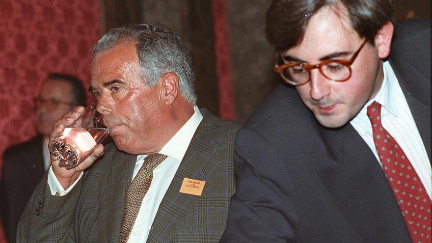 El ex jefe de finanzas del PP Rosendo Naseiro (izquierda) y el exconcejal de este partido Salvador Palop, durante un descanso en el juicio del llamado 'caso Naseiro'  en el Tribunal Supremo y en el que ambos son encausados. Efe / D. Blanco
