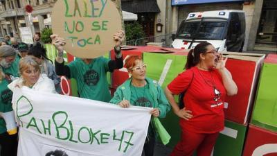 Una cacerolada ante las sedes del PPC defiende la ley de pobreza energética