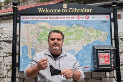 Juan Jesús Arenas, un español que trabaja en Gibraltar, se quita la máscara en el territorio británico de ultramar.