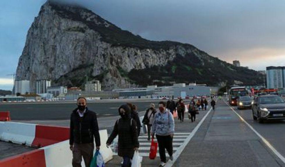 Gente caminando por la pista del aeropuerto de Gibraltar para llegar a la frontera con España.