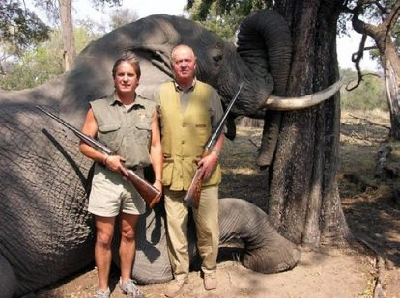 El ex rey Juan Carlos I posó con un elefante muerto en Botswana en 2006.  Foto: Rann Safaris