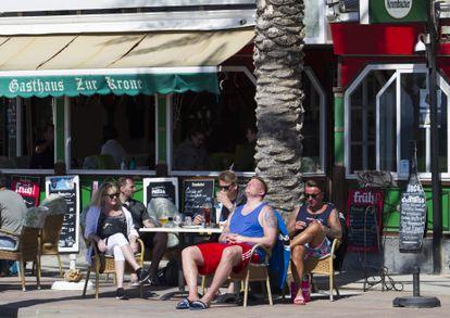 Turistas alemanes en un chiringuito en Palma de Mallorca.