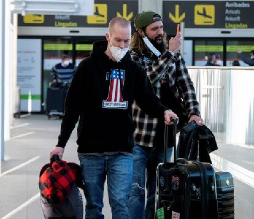 Los pasajeros llegan al aeropuerto de Palma de Mallorca el domingo.